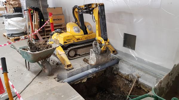 Grävning av pumpgrop med demoleringsrobot på sjukhuset i Norrköping